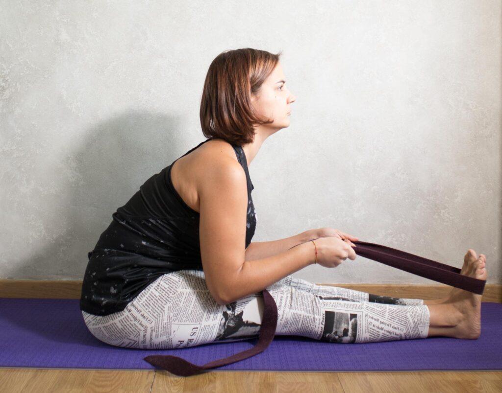 Postura yoga pinza con cinturon