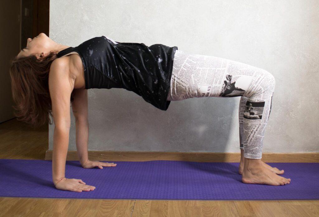 Postura yoga mesa