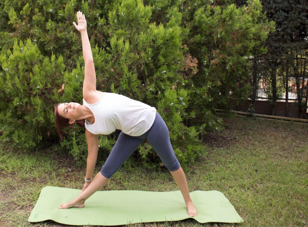 Postura triangulo yoga
