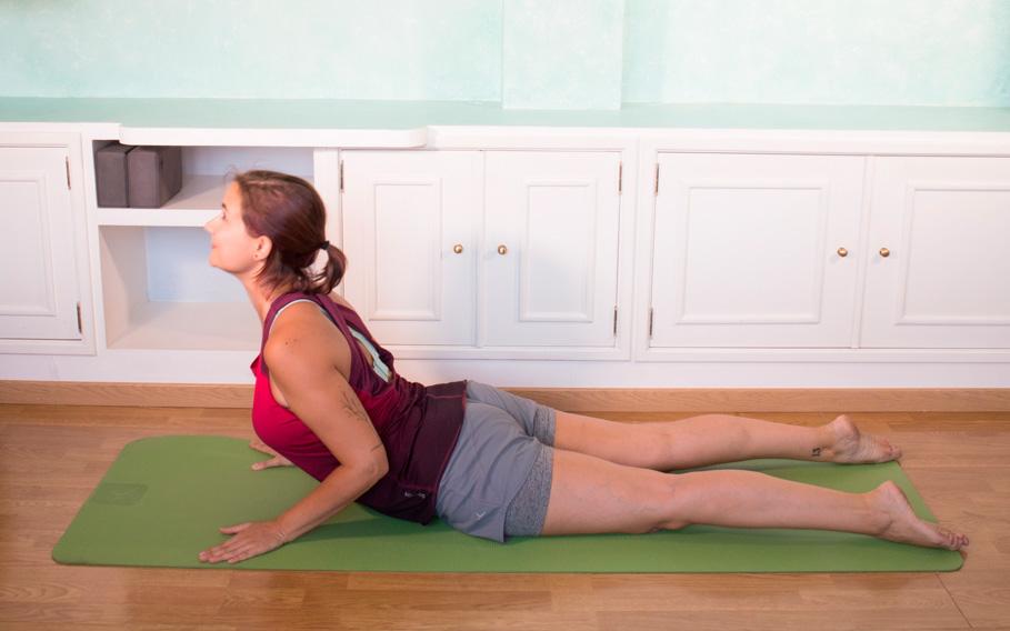 postura-de-la-cobra en yoga