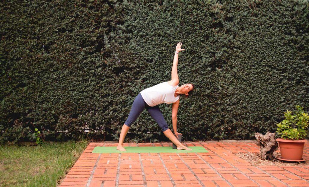 Postura triangulo con bloque