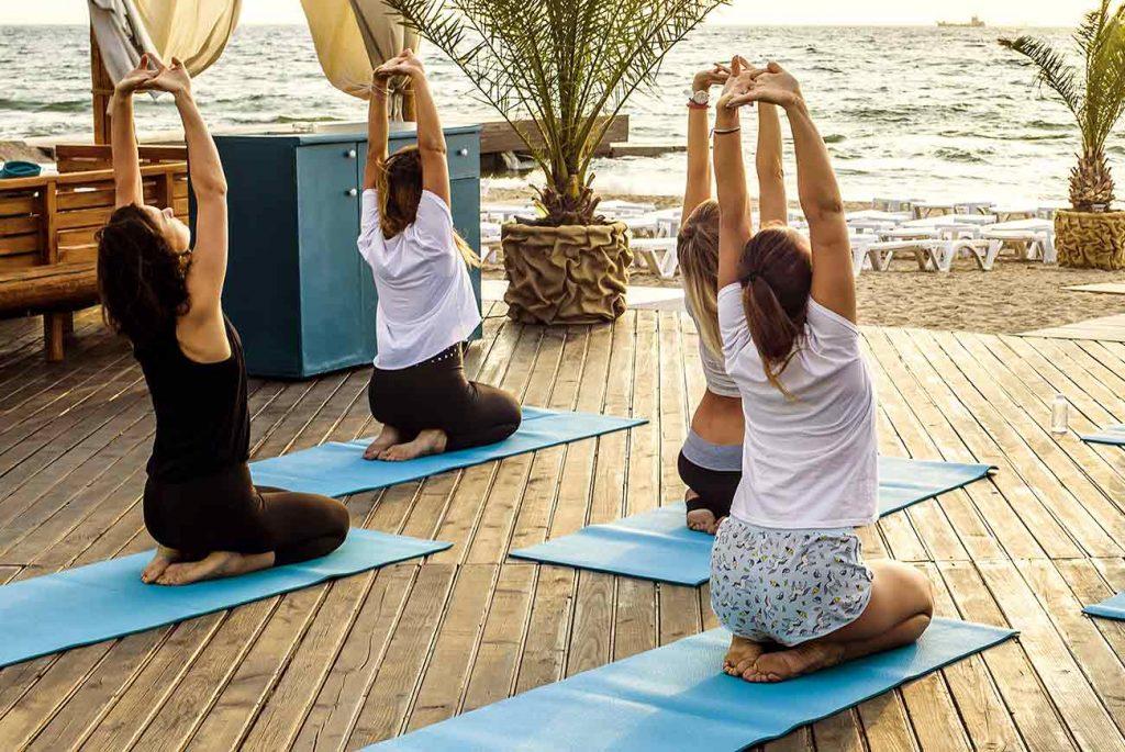 Personas haciendo yoga