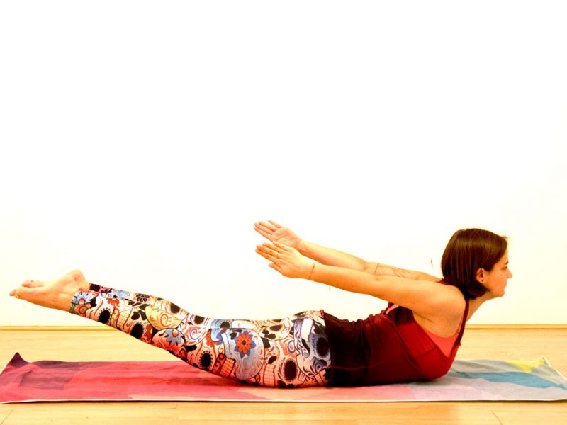 Postura yoga saltamontes