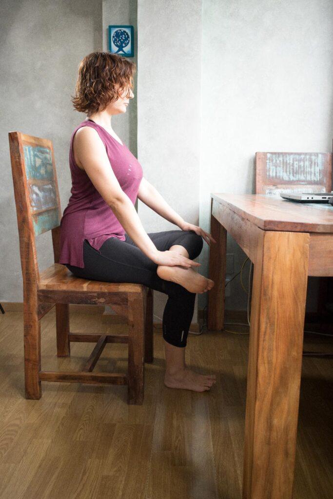 Postura de caderas y tobillos en silla