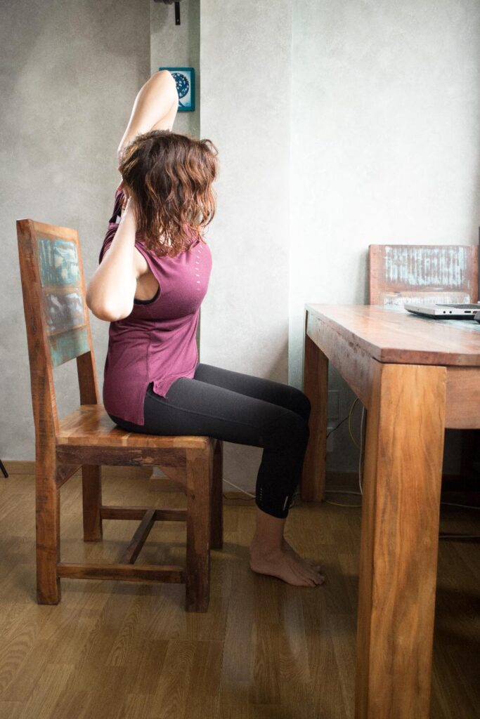 Postura de extensión lateral en silla