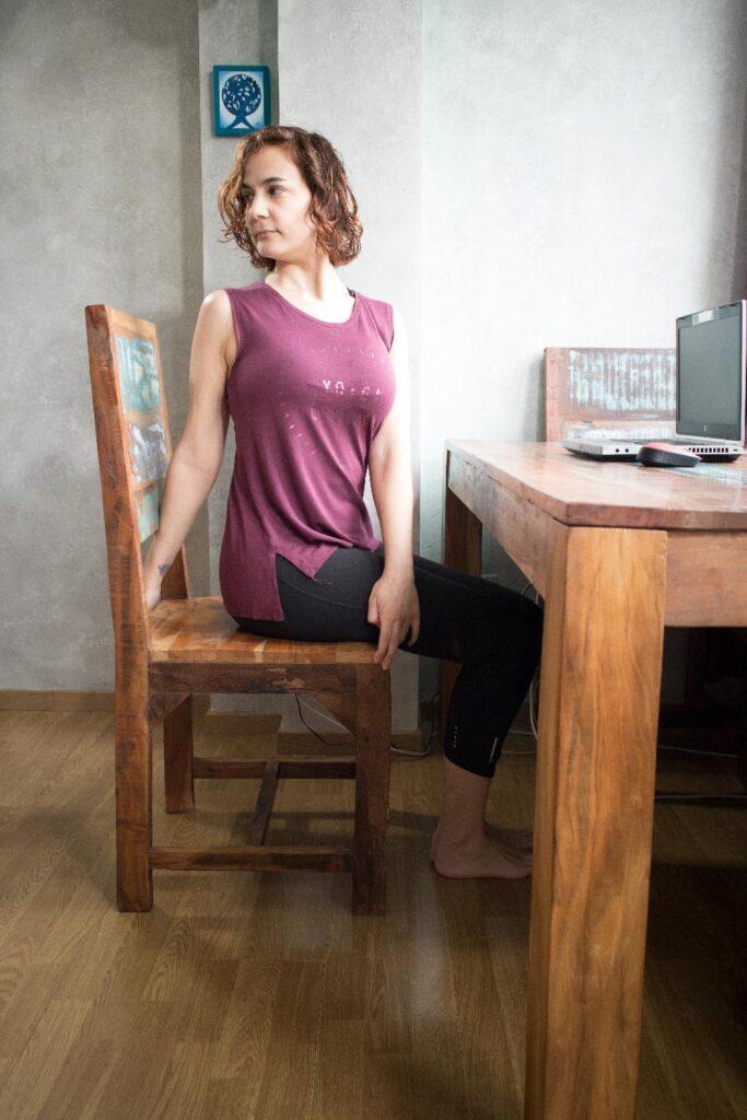 Postura de torsión en silla