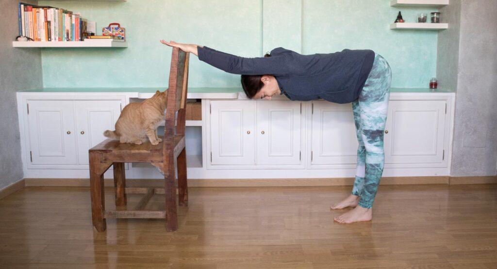 Postura para estirar la espalda con una silla